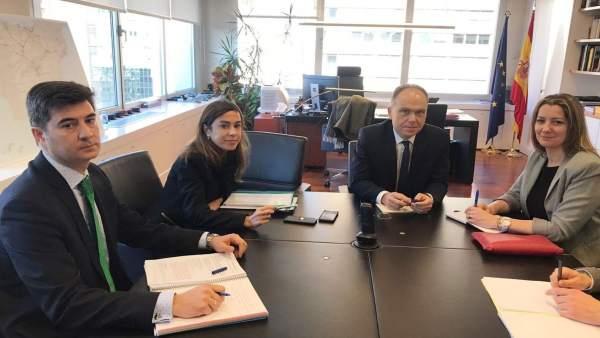 Nota De Prensa, Corte E Foto: A Alcaldesa Logra O Compromiso Dunha Reunión A Tre
