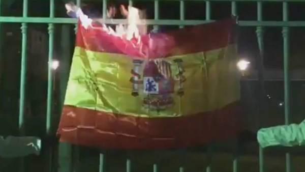 Miembros de Arran queman una bandera de España durante la Diada de Mallorca
