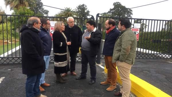 Dirigentes del PSOE visitan el parador de Ayamonte, cerrado temporalmente.