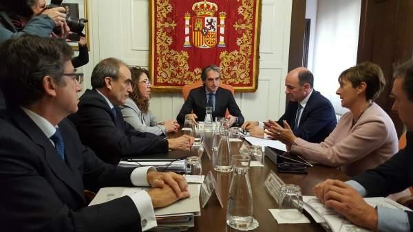 Iñigo de la Serna particpa en uan reunión sobre el TAV en Pamplona.