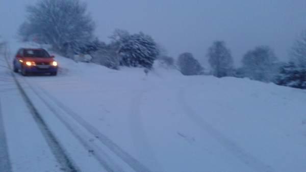 Carretera afectada por la nieve