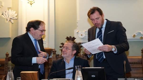 El alcalde, Óscar Puente, consulta un documento durante el Pleno de este martes