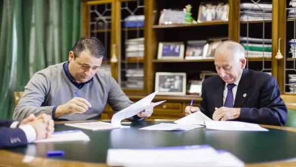 Gabriel Amat y el alcalde de Carboneras ya han firmado el contrato de obras.