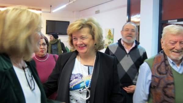 La delegada Teresa Vega (c) con responsables y usuarios del centro Maristas.