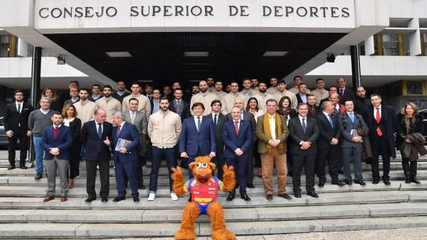Lete preside la foto de familia con los Hispanos