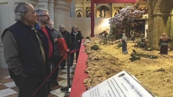 Visitantes en el belén de la Catedral de Málaga navidad misterio nacimiento 2017