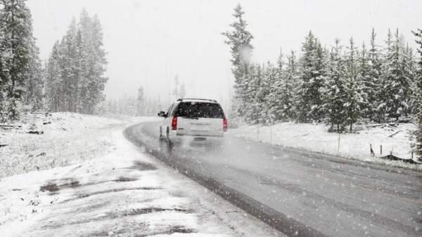 Un coche en la nieve