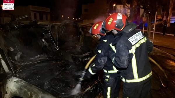 Arden seis vehículos en una calle de Burriana