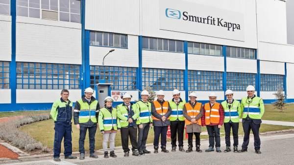Ayerdi, en el centro, con los responsables de la empresa.