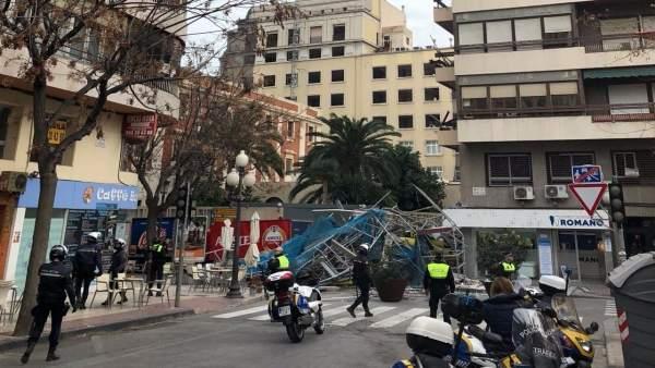 La Policía corta el tráfico momentos después de la caída