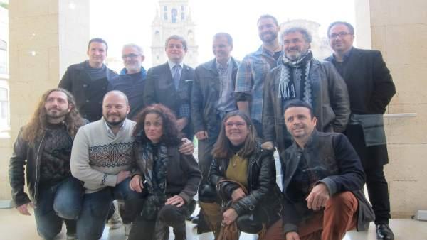 Jesús Pacheco junto a algunos de los artistas participantes