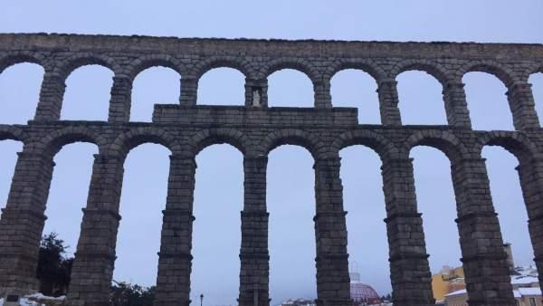 Vista del acueducto de Segovia con algo de nieve