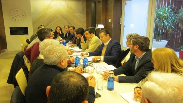 Reunión de Juanma Moreno y miembros del PP con la plataforma 'Jaén merece más'.