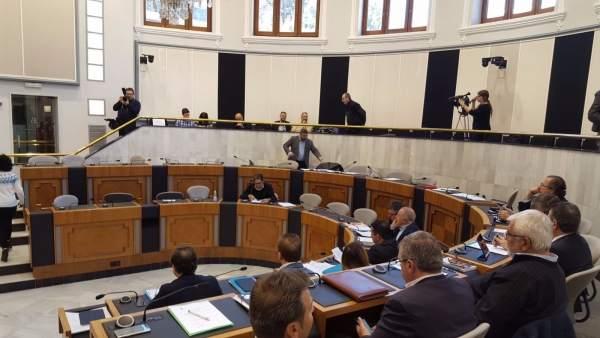 Los diputados del PP, en primer término, y la bancada de la oposición vacía
