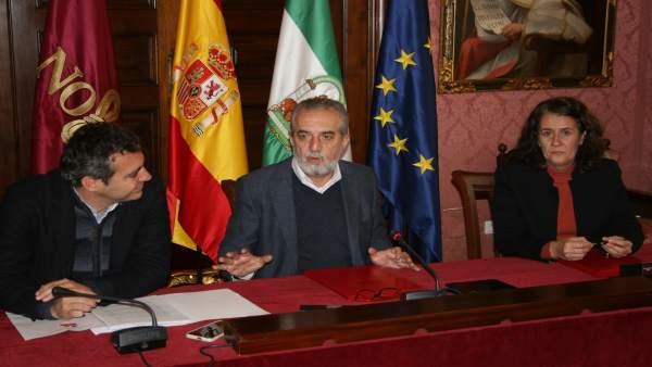 Firma de los convenios en el Ayuntamiento.
