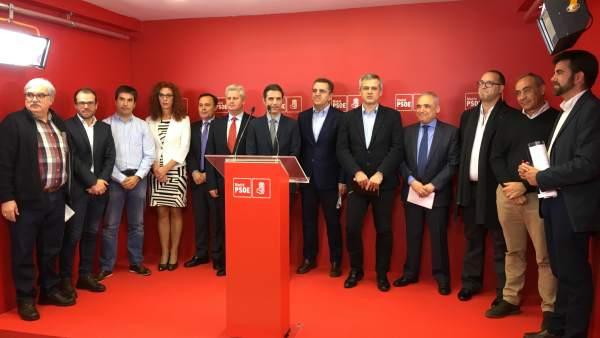 El secretario general del PSOE-M, José Manuel Franco (8i), junto a alcaldes y diputados socialistas.