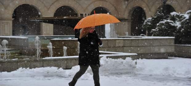 Una mujer camina por las calles nevadas de Teruel