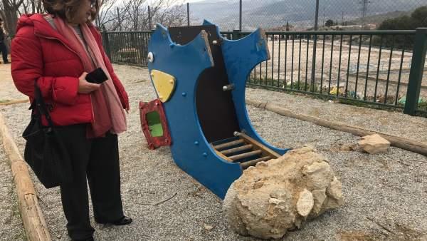 Lorite observa el estado del parque infantil de El Tomillo.