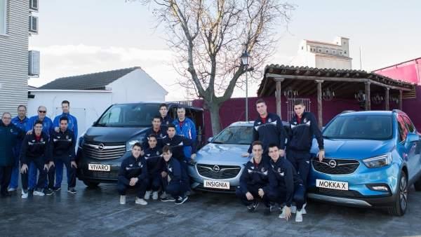 Selección Aragonesa y equipo técnico junto a los tres vehículos Opel