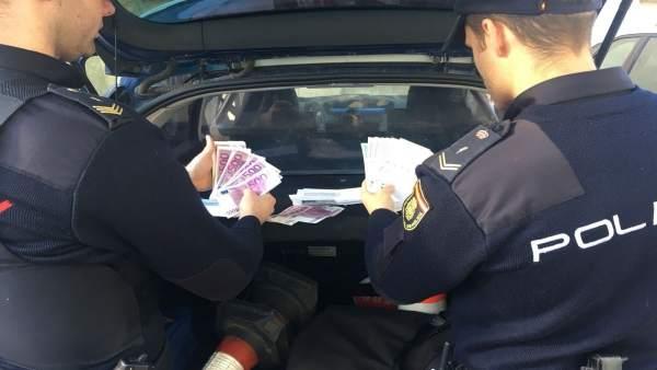 Detinguda per tractar d'estafar amb un fals dècim premiat de loteria i engolir-se'l per a ocultar-ho
