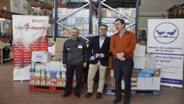 Merino, con los responsables del Banco de Alimentos, en la entrega