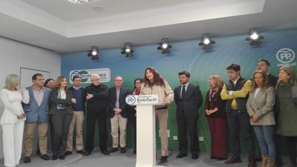 Loles López, hoy junto a miembros del PP de Sevilla