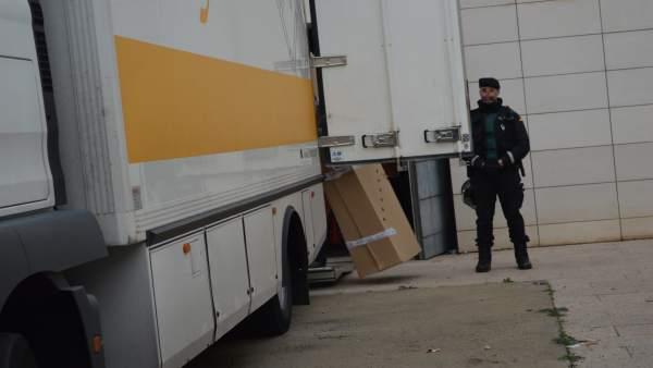 Un guardia civil supervisa el traslado de las obras del Museu de Lleida a Sijena