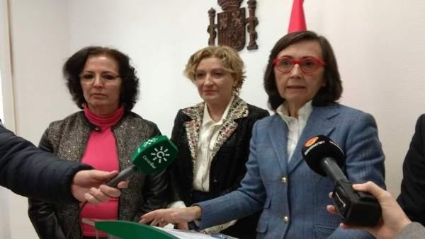 A la derecha, la consejera de Justicia e Interior, Rosa Aguilar