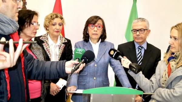 En el centro, la consejera de Justicia de Andalucía, Rosa Aguilar