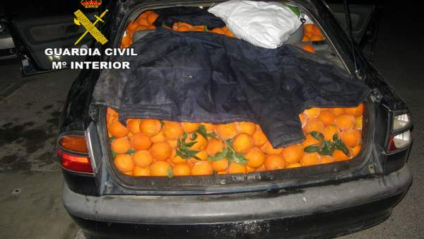 Coche cargado de naranjas sustraídas