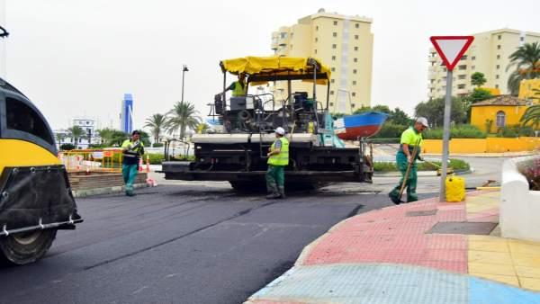 Asfaltado calles máquinas grava operario trabajador estepona asfalto obras