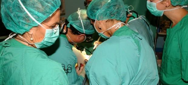 Médicos durante un trasplante en el quirófano