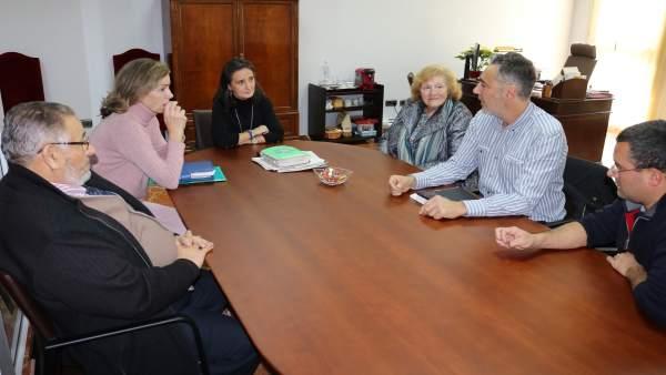 La subdelegada del Gobierno, Asunción Grávalos, con miembros de la AMO.
