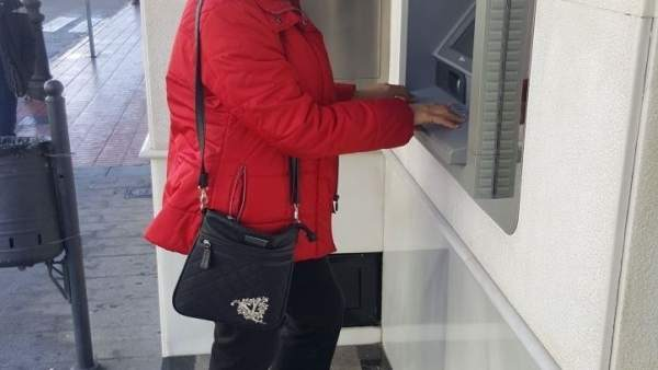 La izquierdista Rosario Beltrán, en un cajero automático.