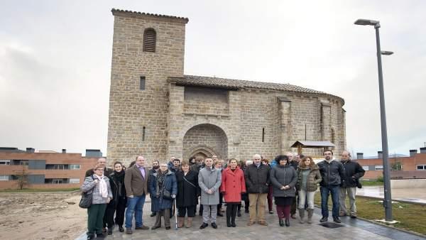 Uxue Barkos en la inauguración de  la antigua iglesia de Sarriguren