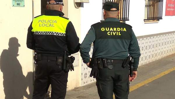 Agentes de la Policía Local y Guardia Civil en San Juan del Puerto.