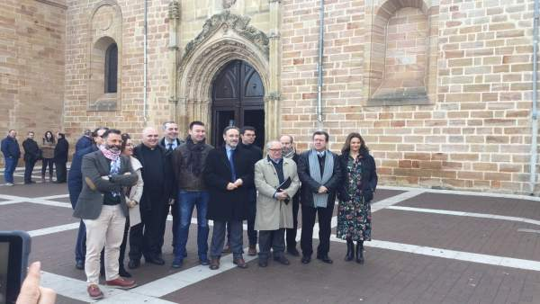 Visita a la iglesia de Santa María La Mayor de Linares tras su rehabilitación.