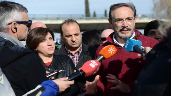Consejero de Fomento, Felipe López, atiende a los medios en Granada