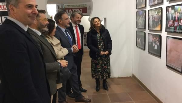 Felipe López (c) en su visita a la exposición sobre 'Jaén, Paraíso Interior'.