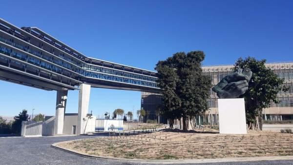 Pasadizo elevado que conecta los dos edificios de la EUIPO con la ampliación