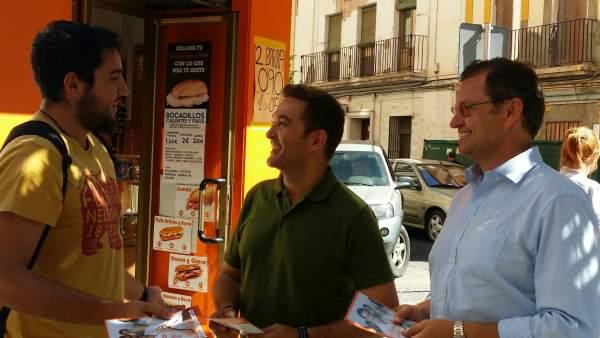 Marcial Gómez y David Dorado en reparto de información electoral