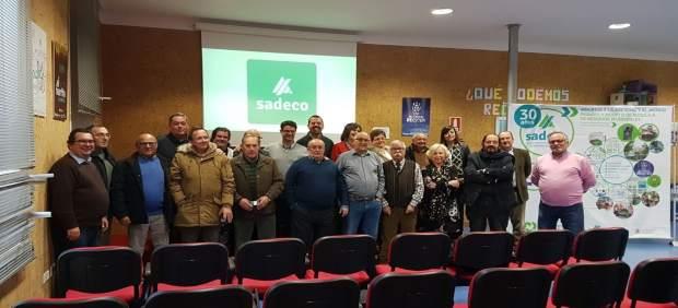 Pedro García con los 20 trabajadores que se han jubilado durante 2017