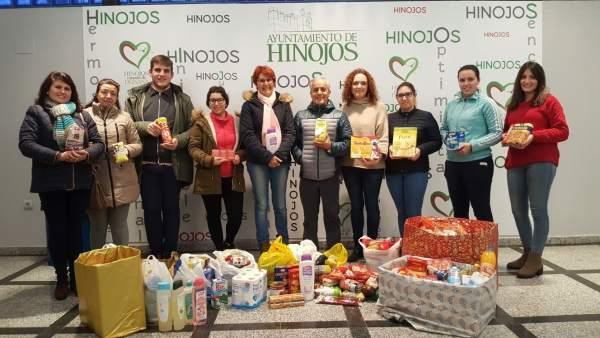 Donan alimentos para los asentamientos de Lucena del Puerto.