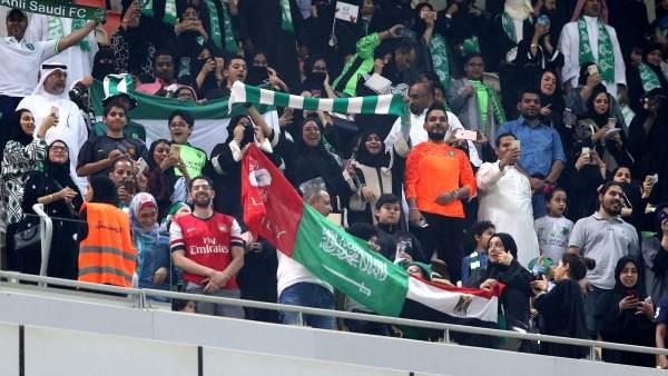 Las mujeres asisten a un partido de fútbol en Arabia Saudí por primera vez en la historia