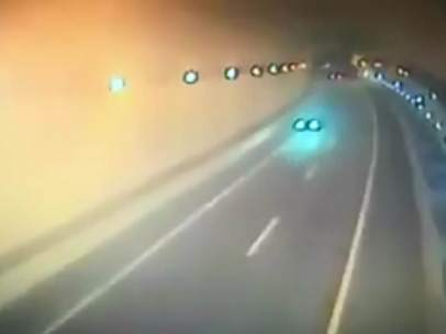 Un coche circula en dirección contraria