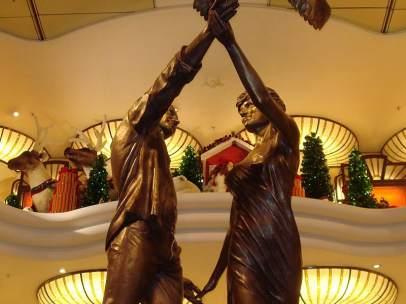 La estatua de bronce dedicada a la princesa Diana de Gales y su amigo Dodi Al Fayed