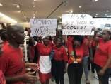Los manifestantes de la organización Economic Freedom Fighters (EFF) atacaron seis tiendas de H&M