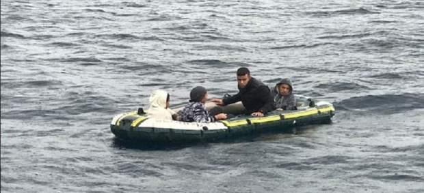 Patera con los cuatro menores rescatados