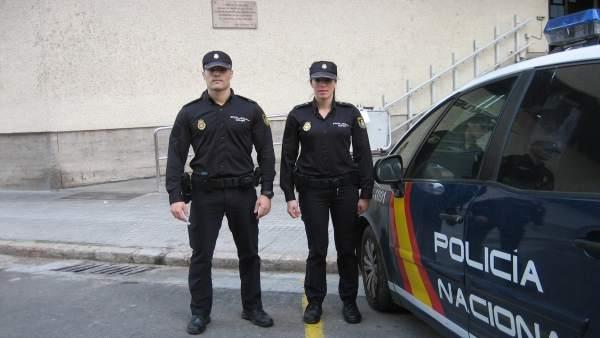 Dos agentes salvan la vida a un hombre