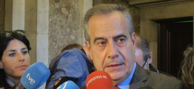 Celestino Corbacho (PSC) atendiendo a los medios de comunicación.